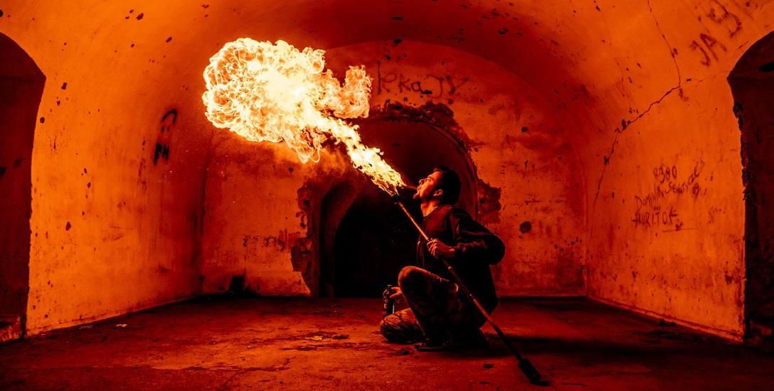 Tańczący z ogniem. Kiedyś chciał go gasić, dzisiaj nim pluje
