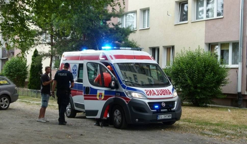 Film do artykułu: Dziecko wypadło z okna bloku na Dąbrowie! Chłopiec zmarł po 1,5 godzinnej reanimacji. Jeden z opiekunów był pijany!