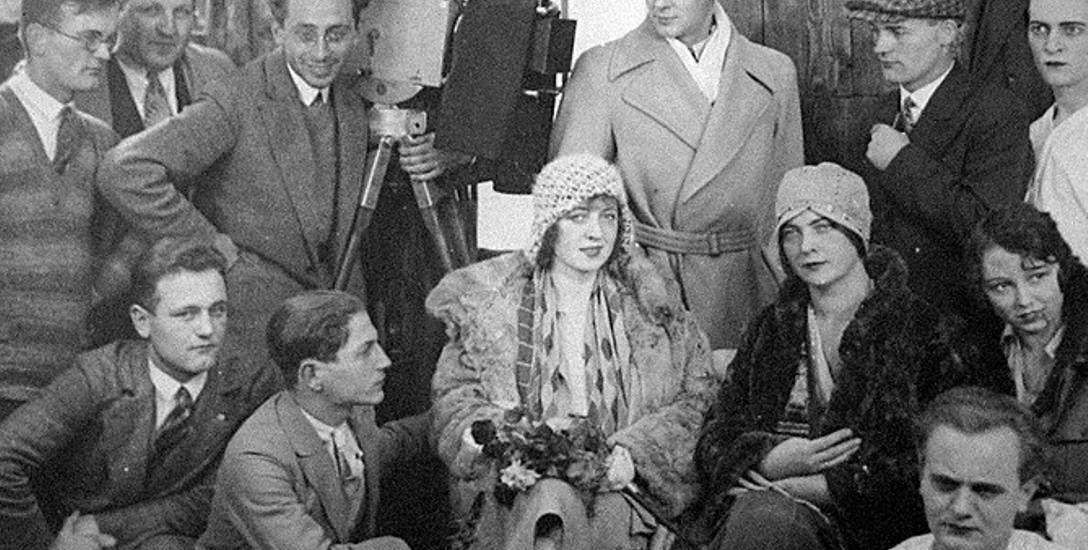 Zespół toruńskiej wytwórni filmowej Marwin-Film na zdjęciu z 1929 roku. Jej twórca, Bernard Marwiński, stoi po lewej stronie