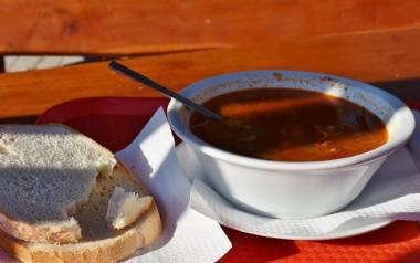 Zupa gulaszowa z klopsikami.