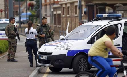 Żołnierze na ulicy w Saint-Etienne-du-Rouvray