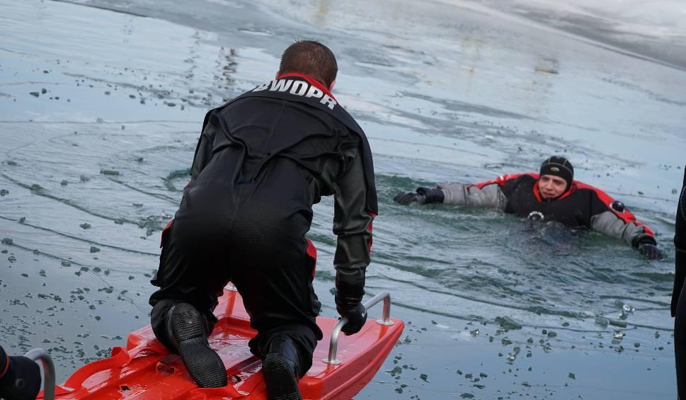 Film do artykułu: Jak ratować człowieka, pod którym załamie się lód? Ćwiczenia ratowników BWOPR i strażaków na Jeziorze Solińskim [ZDJĘCIA]