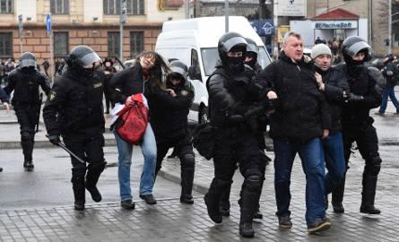"""Białoruś: Zatrzymania podczas demonstracji w Mińsku. OMON wszedł do siedziby """"Wiesny"""" [ZDJĘCIA]"""
