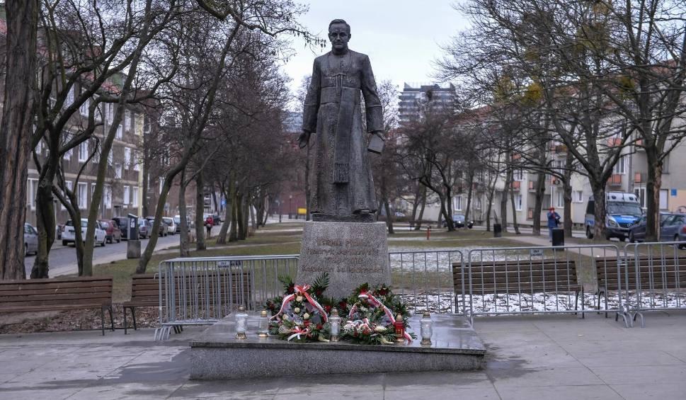 Film do artykułu: Pomnik ks. Jankowskiego jednak wrócił na cokół. Został zamontowany w sobotę nad ranem