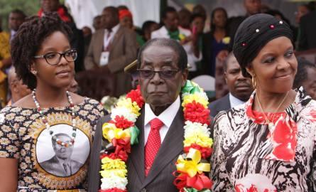 Prezydent Zimbabwe Robert Mugabe z córką Boną (z lewej) i żoną Grace