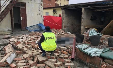 Ratownicy są już na miejscu. Zawaliła się ściana budynku gospodarczego o wymiarach 3 na 6 metrów. - Cztery osoby zostały przysypane. Jedna z nich, niestety