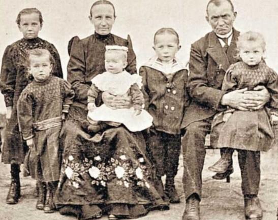 Tomasz Schemainda z rodziną - Wrzoski, 1917 rok. Takie piękne śląskie stroje skrywa w kufrze jeszcze niejedna mieszkanka opolskiej wsi