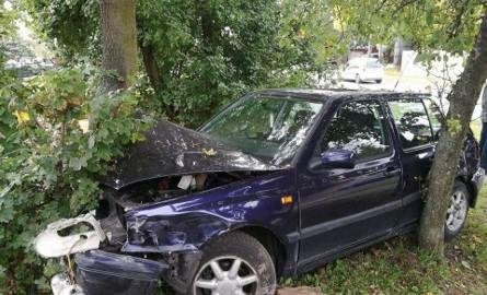 Wypadek na Palacza. Zderzyły się trzy auta. Jedno wjechało w drzewo