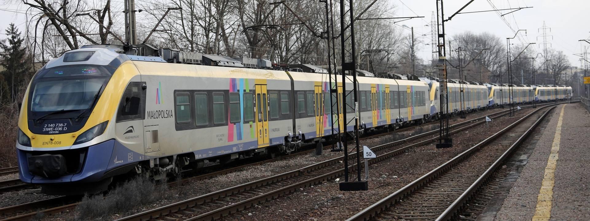 Pomiędzy kursami, Koleje Małopolskie odstawiają swoje pociągi na Olszę. Stoją często z włączonymi silnikami