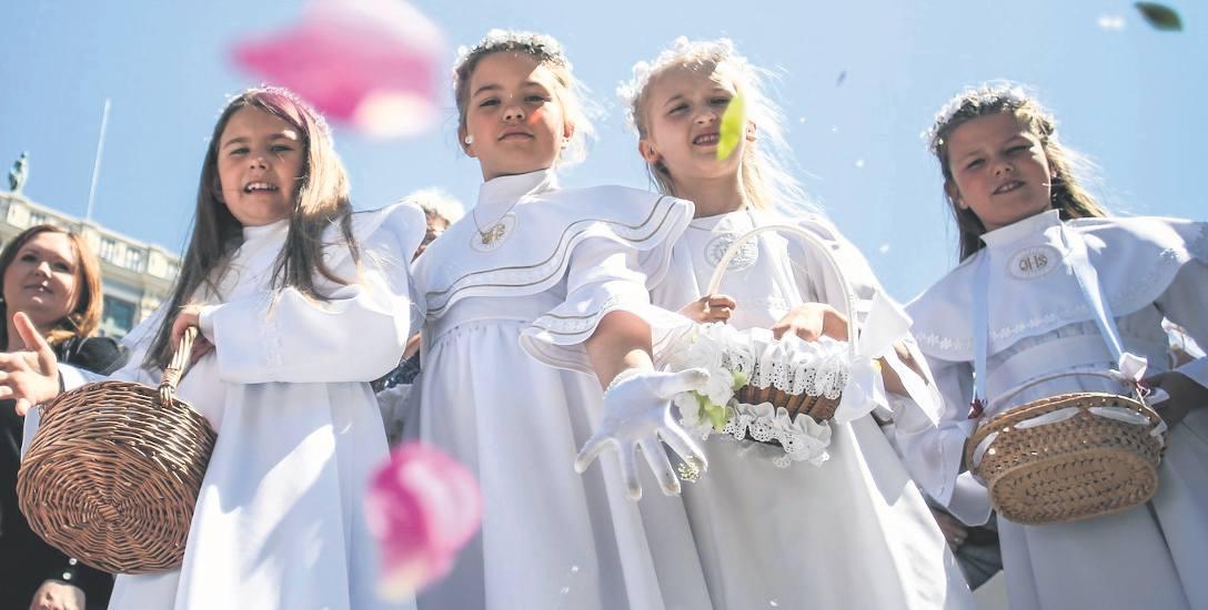 Ile dać na komunię, ślub i chrzest? Duchowa uroczystość a prezenty