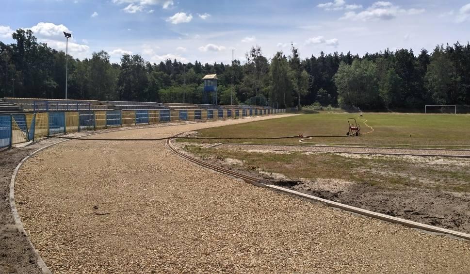 Film do artykułu: Trwa gruntowna modernizacja stadionu lekkoatletycznego w Nowej Dębie