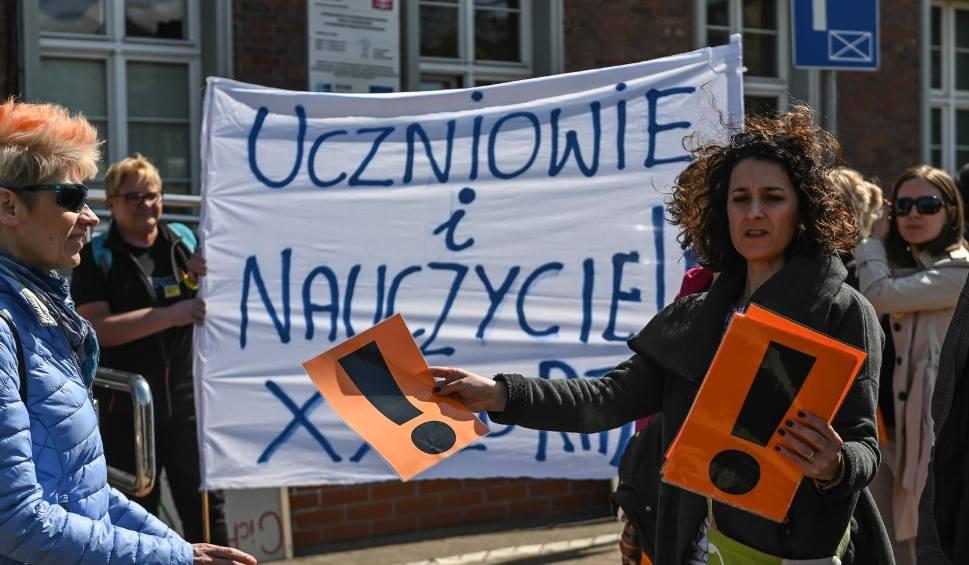 Film do artykułu: Manifestacja uczniów i niemy polonez przed Pomorskim Urzędem Wojewódzkim. Maturzyści nie czują się ofiarami strajku. Wsparli nauczycieli