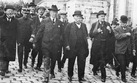 Najważniejsi uczestnicy konferencji w Wersalu, przywódcy pięciu zwycięskich mocarstw, udają się na podpisanie końcowego traktatu.
