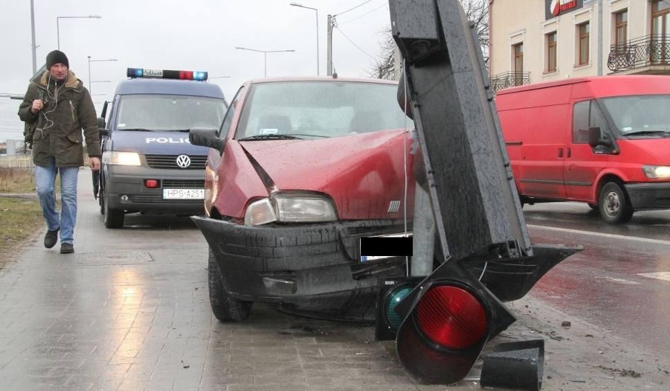 Film do artykułu: Kolizja na kieleckim skrzyżowaniu. Auto uderzyło w sygnalizator [WIDEO, zdjęcia]