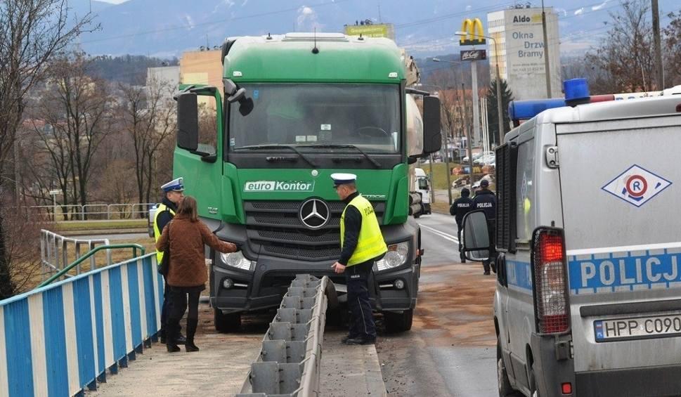Film do artykułu: Wypadek w Cieszynie na ulicy Katowickiej. Nie żyje kierowca ciężarówki [ZDJĘCIA + WIDEO]