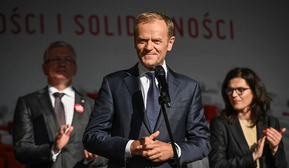 Film do artykułu: Święto Wolności i Solidarności. Wiec na Długim Targu w Gdańsku i mocne przemówienie Donalda Tuska