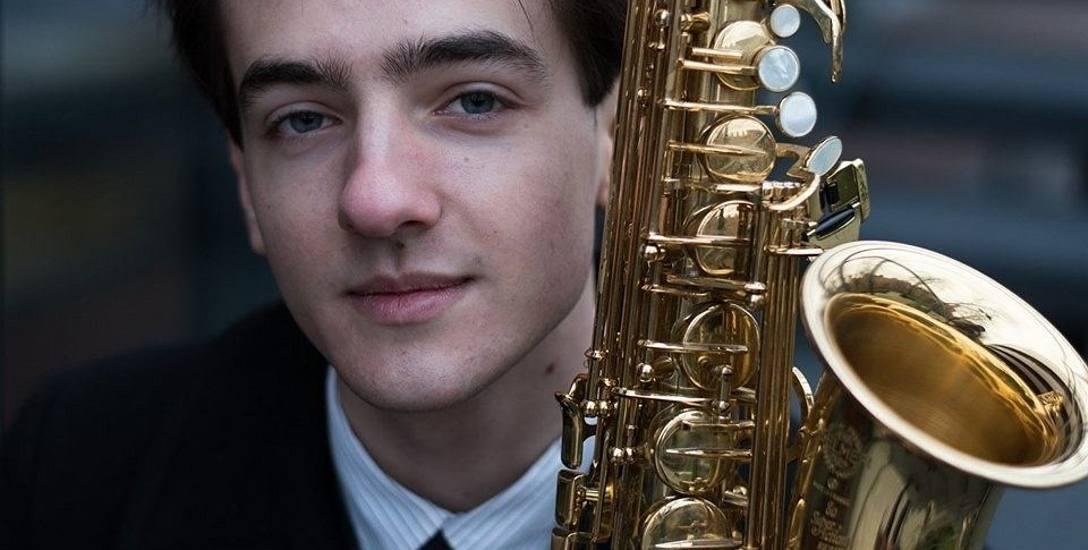 Aleksander Frąszczak ukończył szkołę muzyczną w Strzelcach Kraj. i akademię we Wrocławiu