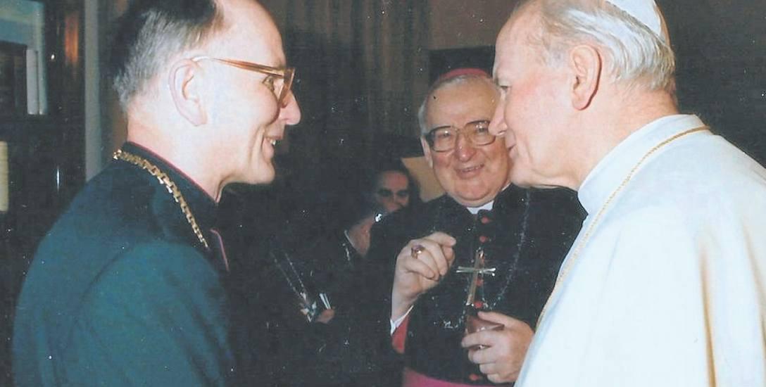 Lata 80. XX w., ksiądz Marian Wojnicki i biskup Ignacy Jeż podczas spotkania z Janem Pawłem II w Watykanie. - Drawsko dobrze pamiętam - powiedział wówczas