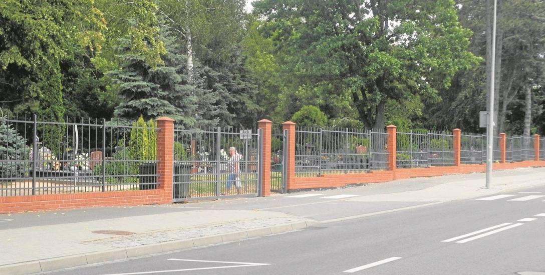 """Stargardzianie wychodzący z cmentarza komunalnego napotykają znak """"Uwaga rowerzyści"""" i wiedzą, że  muszą być ostrożni"""