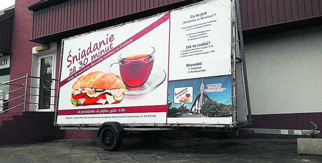 """Jeden z billboardów promujący inicjatywę """"Śniadanie za 30 minut"""".  Poranny posiłek można zjeść w siedzibie SNE przy kościele Ducha Świętego"""
