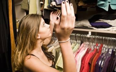 Jeżeli w twojej szafie jest nadmiar ubrań, a ty uważasz, że nie masz się w co ubrać. Warto pomyśleć o zrobieniu porządku.