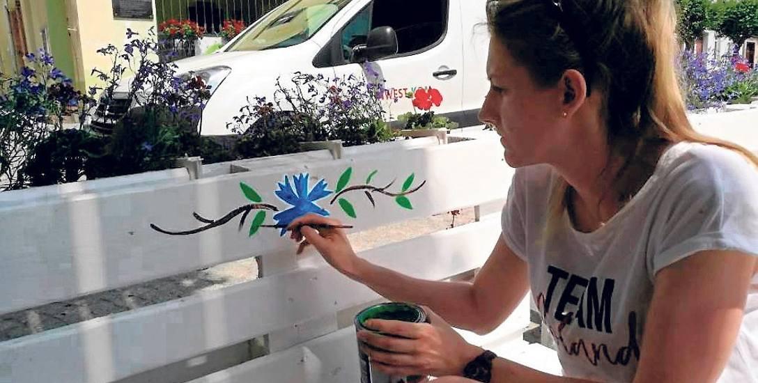 - To ważne, by czuć, że należy się do jakiejś wspólnoty - podkreśla Marta Tkaczyk. Na zdjęciu  podczas malowania na miejskiej ławce, jak mówi - wzoru