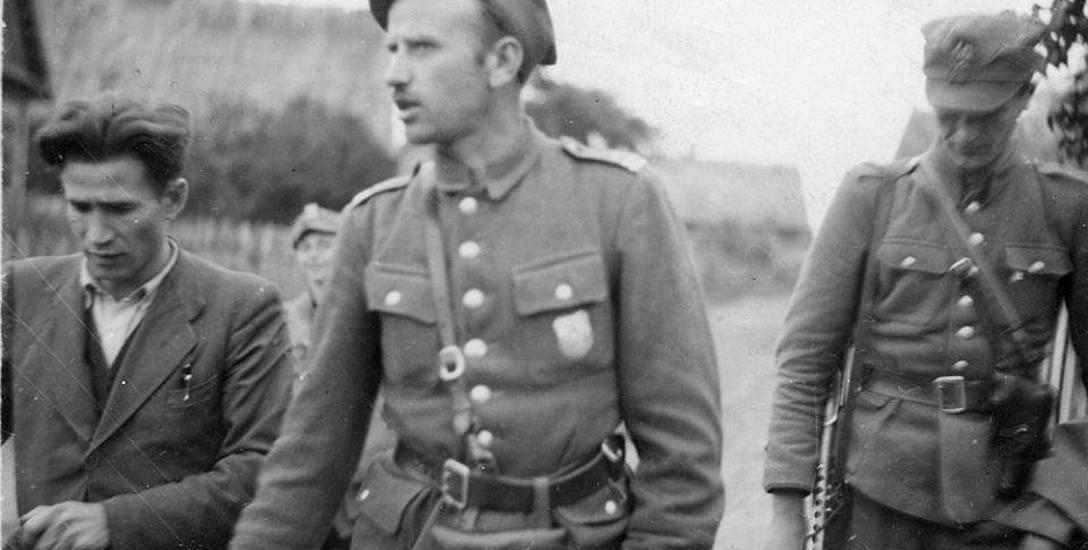Major Zygmunt Szendzielarz Łupaszka (w środku)