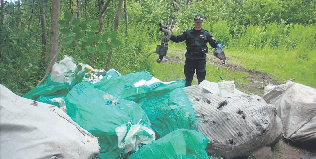 Kilkaset kilogramów śmieci w workach, w których może zmieścić się pół tony nawozu - to krajobraz na Sarzyńskiej. Sprawa znajdzie finał w sądzie, a karą