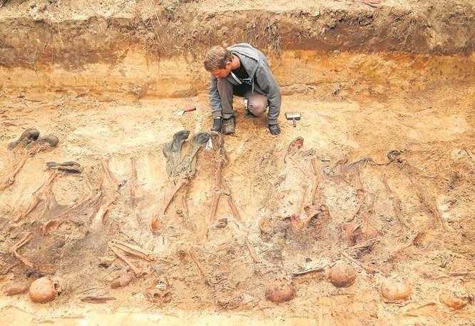 Odnalezienie mogiły w Błotnie zlecił Pomostowi Niemiecki Związek Ludowy Opieki nad Grobami Wojennymi