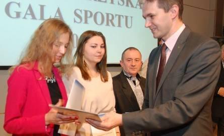 Marszałek Adam Jarubas pogratulował Karolinie Kołeczek, srebrnej medalistce mistrzostw Europy w lekkiej atletyce, obok Agata Nowak.