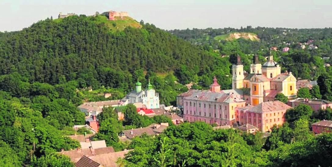 Budynki Liceum Krzemienieckiego, w głębi Góra Królowej Bony z ruinami zamczyska.