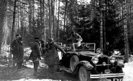 Polowanie reprezentacyjne w Białowieży, styczeń 1930 r. Prezydent Ignacy Mościcki wysiada z Cadillaca.