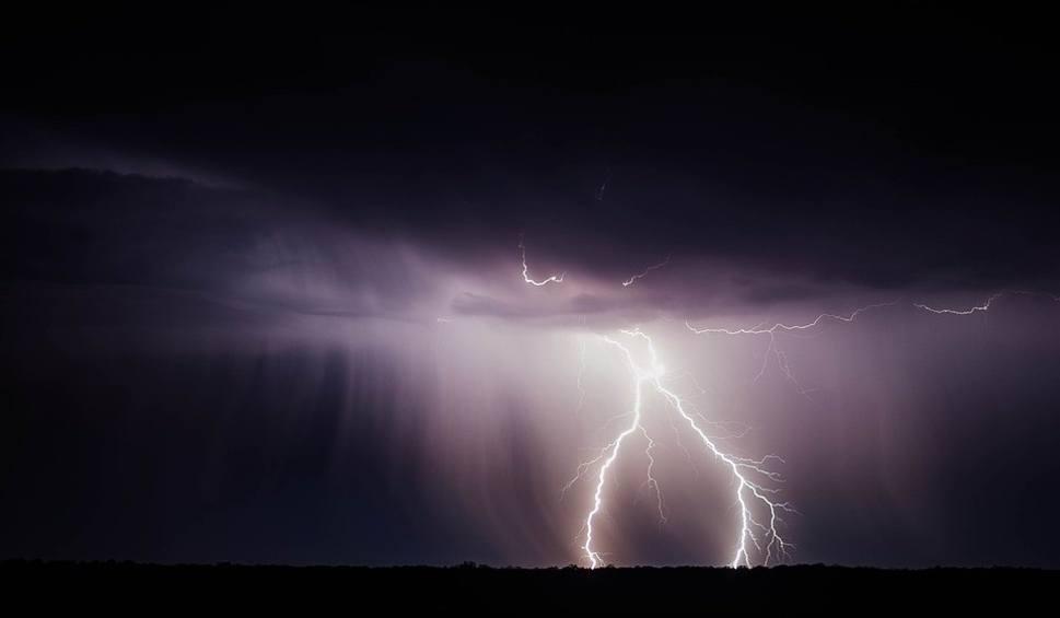 Film do artykułu: Nad Świętokrzyskie idą potężne ulewy, burze i gradobicia