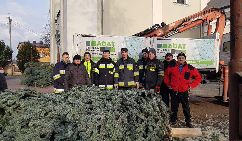 Film do artykułu: Strażacy - ochotnicy ze Skaryszewa pomogli ustawić choinki przed kościołem i u sióstr