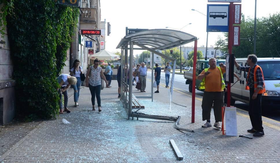 Film do artykułu: Horror w Radomiu. Pościg ulicami miasta, włamania do mieszkań, rozbity sklep, ciosy nożem i śmierć mężczyzny