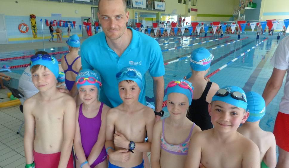 Film do artykułu: Pływały i bawiły się w wodzie z mistrzem. W Strawczynku dzieci rywalizowały pod okiem Pawła Korzeniowskiego