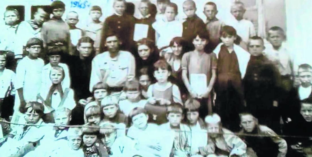 To zdjęcie z Gawriłowki w 1945 r. Jestem w dolnym rzędzie. Nogi przykrywa mi tornister, ale i tak widać, że mam gołe stopy.