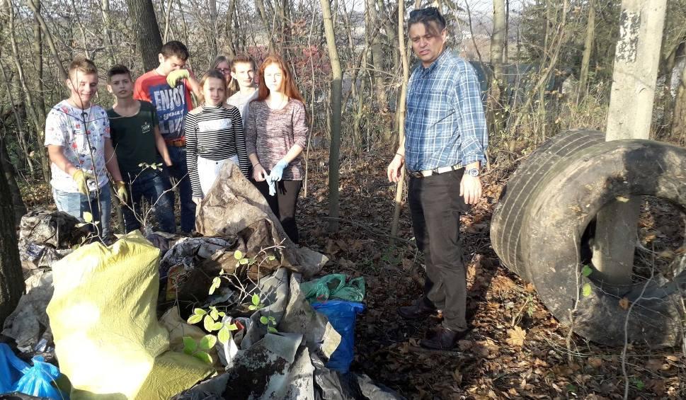 Film do artykułu: W czynie niepodległościowym - uczniowie z Czarnocina posprzątali cmentarz choleryczny [ZDJĘCIA]