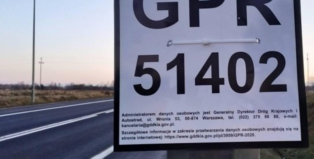 Przy drogach krajowych rozwieszono tablice informujące o Generalnym Pomiarze Ruchu, z adnotacją o warunkach przetwarzania danych osobowych