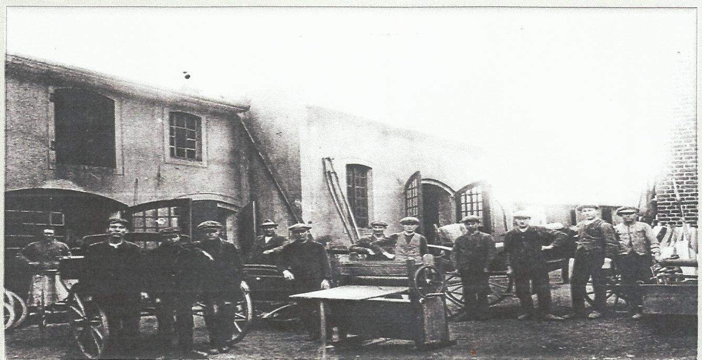 Pracownicy fabryki powozów na dziedzińcu zakładu, podczas przerwy.