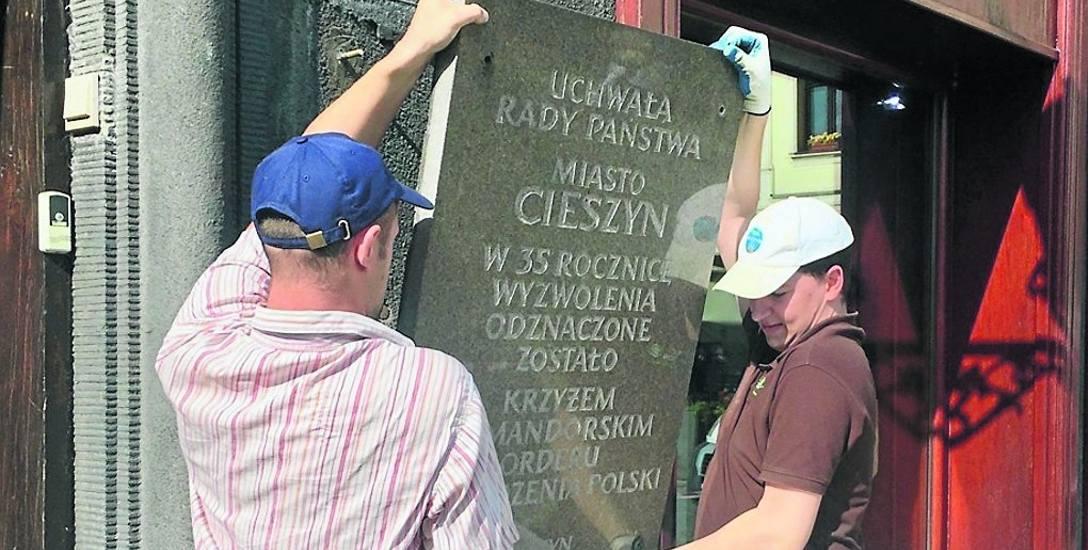 Tablica została zdjęta z elewacji ratusza i przekazana Muzeum Śląska Cieszyńskiego