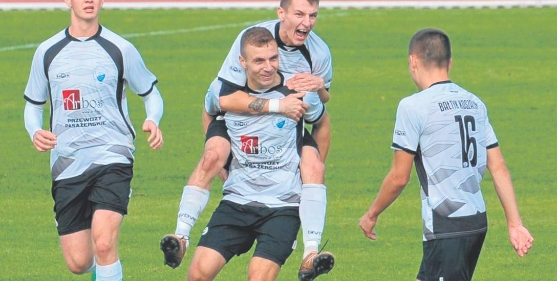 Paweł Łysiak (w środku z Maciejem Gregorkiem na plecach) czekał na ligowe trafienia od początku sezonu