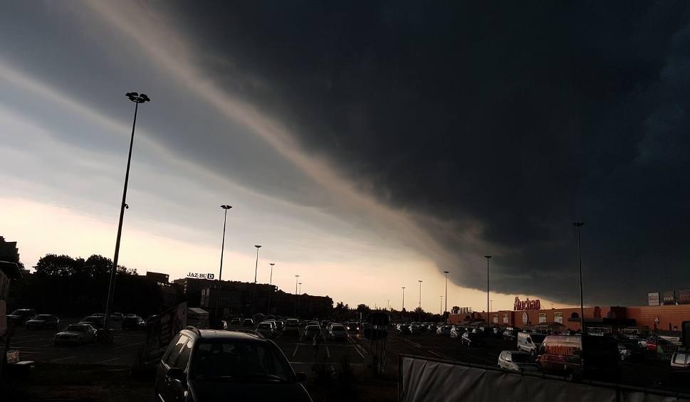Film do artykułu: Burza w Białymstoku 10.08.2017. Pierwszy stopień zagrożenia (wideo, zdjęcia)