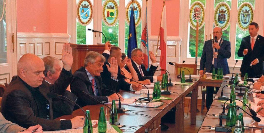 Radny Nagórski (pierwszy z lewej) był przeciwko absolutorium dla zarządu powiatu