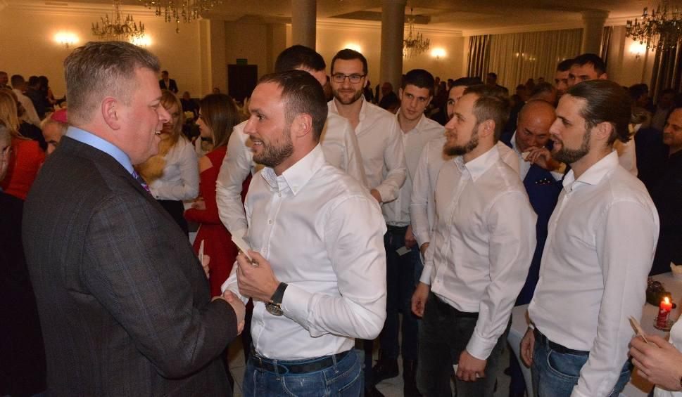 Film do artykułu: Rodzina PGE VIVE Kielce śpiewała kolędy i dzieliła się opłatkiem