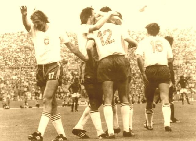Deyna w objęciach kolegów po strzeleniu bramki Dino Zoffowi w meczu z Włochami w 1974 roku