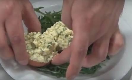 Jajka faszerowane twarożkiem z curry i czerwoną cebulą według przepisu Konrada Gacy