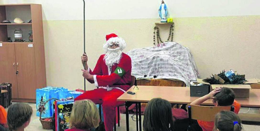Święty Mikołaj z falangą w świetlicy Caritas
