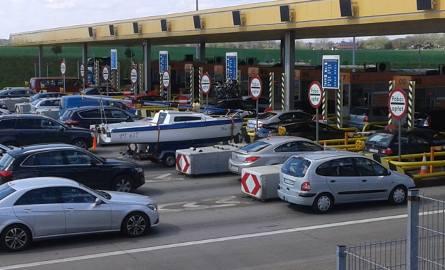 Długi sznur samochodów ustawiał się przed bramkami na A1 już w poprzednie tzw. długie weekendy majowe