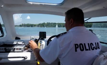 Policjanci z Komisariatu Wodnego podczas patrolu na Jeziorze Kierskim
